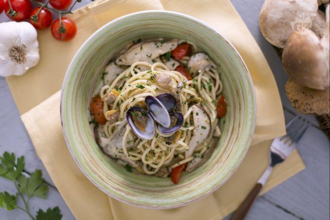 Ricetta tonnarelli alle vongole, porcini e pomodorini