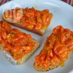 Crostini con pomodori ciliegia arrosto