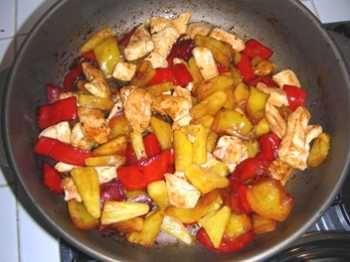 Ricetta pollo con ananas, peperoni e anacardi