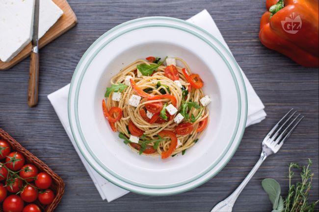 Ricetta spaghetti integrali con peperoni rossi, rucola e feta