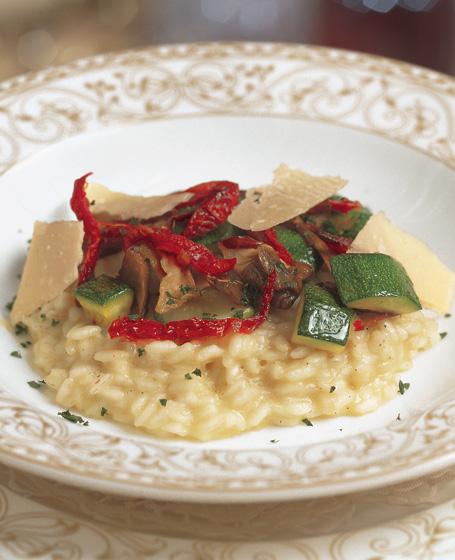 Riso ai funghi selvatici con zucchine, pomodori essicati e parmigiano