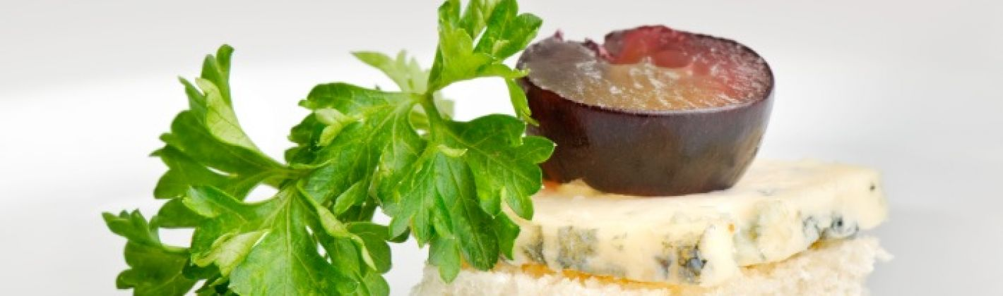 Ricetta canapé con roquefort e uva nera