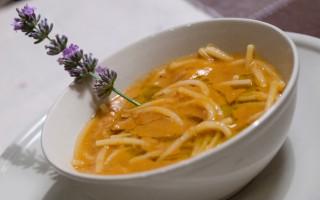 Ricetta spaghetti spezzati, zuppa di fagioli e lavanda