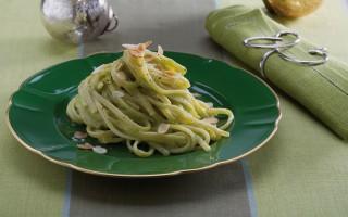 Ricetta linguine al pesto di zucchine mandorle e menta