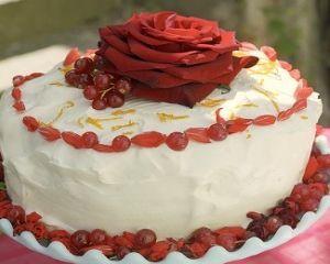 Ricetta torta ai petali di rosa e fragoline di bosco