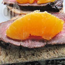 Tartine con arrosto e arancia