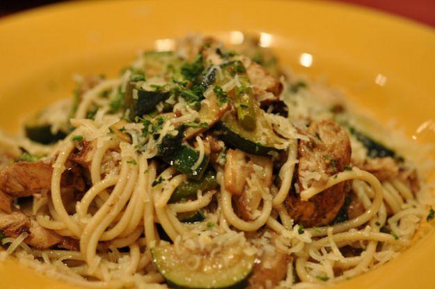 Ricetta pasta con pollo, funghi e zucchine