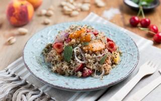 Ricetta insalata di quinoa con pesche, albicocche e ciliegie ...