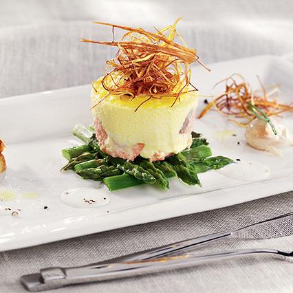 Royal di salmone e porri con asparagi e salsa all'aglio dolce ...