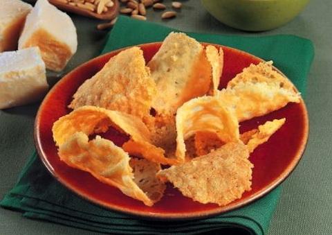 Cialdine di parmigiano con patè di fave