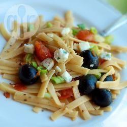 Fettuccine pomodoro, olive e formaggio di capra