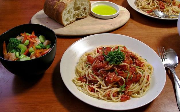 Spaghetti con pomodoro fresco e merluzzo