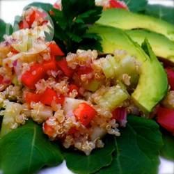 Insalata di quinoa con avocado e cavolo nero