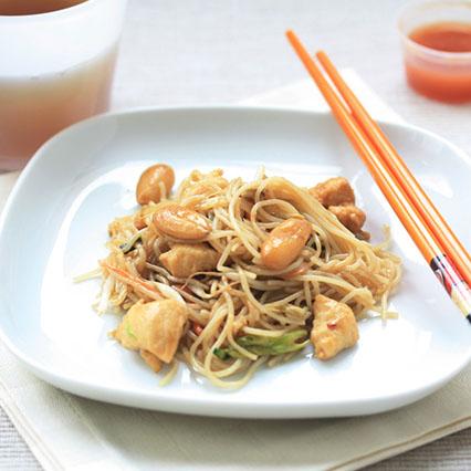 Spaghetti di riso con pollo e mandorle