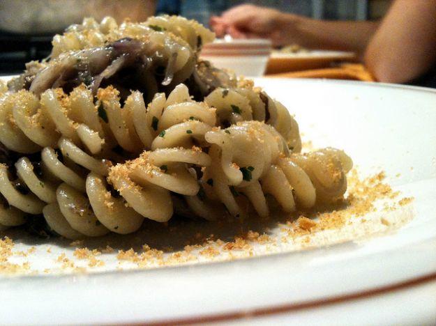 Ricetta pasta con cipolle rosse, acciughe e pane tostato