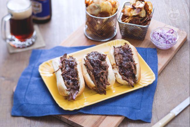Ricetta sandwich di manzo e insalata di cavolo con patate croccanti ...