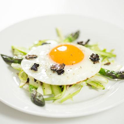 Uovo con tartufo e asparagi